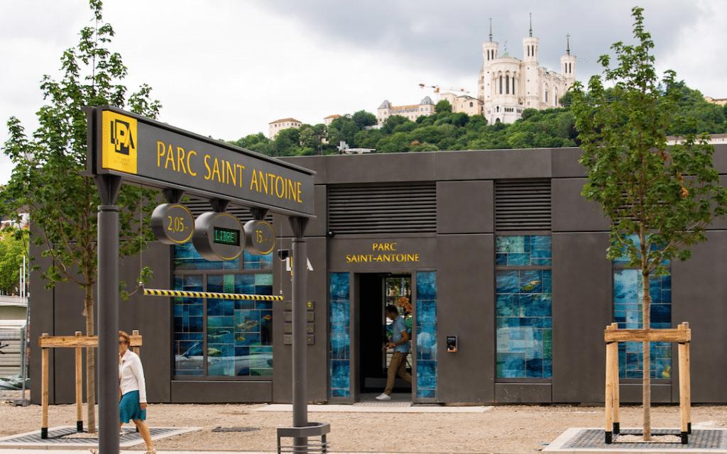 Lancé il y dix ans le nouveau parc Saint-Antoine à Lyon, enfin inauguré : un parking nouvelle génération doté de nombreux services