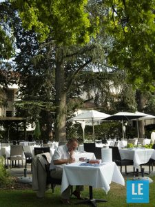 Laurent Montmain au travail sur la terrasse du restaurant Toane