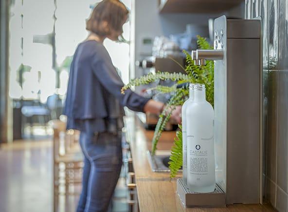 Après les vélos électriques, Seb se diversifie dans les fontaines à eau Castalie qui luttent contre la prolifération des bouteilles plastique…