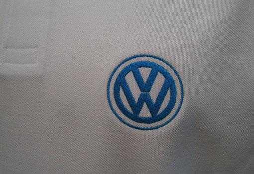 marque automobile brodée au coeur sur polo coton