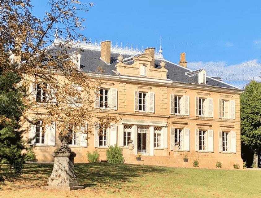 Appartenant à l'Institut Pasteur, le Château des Ravatys dans le Beaujolais, est à vendre  6,9 M€ pour financer un vaccin contre le Covid-19