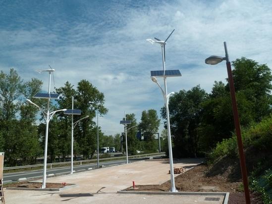 Eclairage public autonome avec éolienne, panneau photovoltaïque et LED