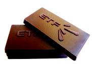 Gravure en relief de la marque sur chocolat