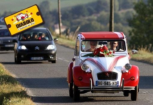Idée mariage : louez une voiture originale et mariez-vous en 2CV