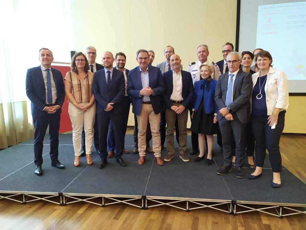 Les élus et différents acteurs réunis pour célébrer la nomination de Lyon et Saint-Etienne comme territoires d'innovation
