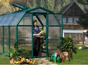 La serre de jardin protège et favorise la croissance de ses cultures