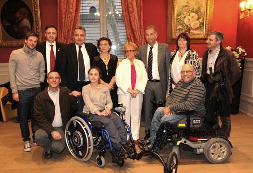 Le Challenge SOLIDARI'TEE remet un fauteuil « tout terrain » à une jeune handicapée