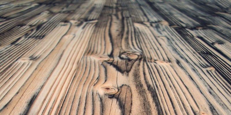 planche de bois évoquant artisan menuisier à lyon