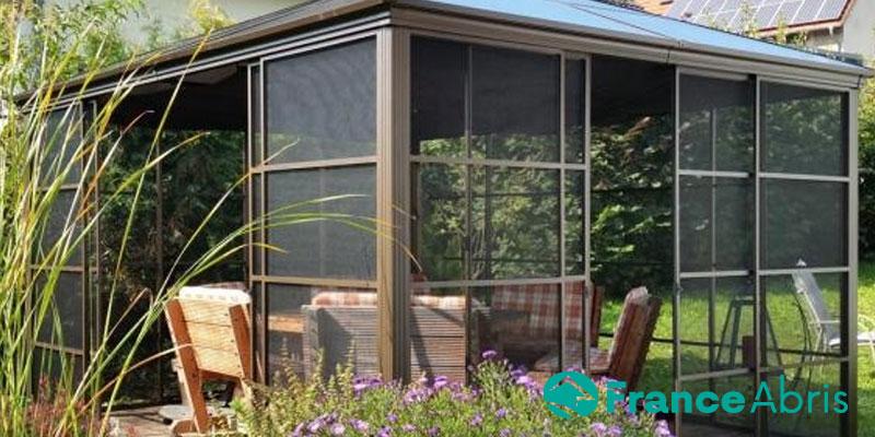 Pavillon aluminium avec moustiquaires : se protéger du soleil et des insectes !