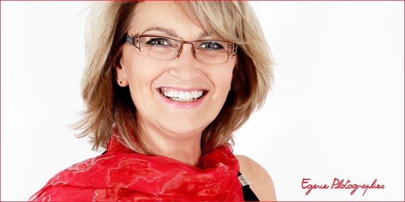 portrait professionnel femme avec foulard rouge