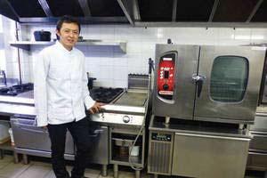 Le chef Takao Takano devant sa cuisine professionnelle réalisée par Martinon MSE
