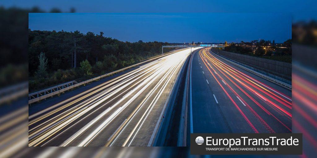 effets de filets lumineux sur voies d'autoroutes évoquant le transports routiers