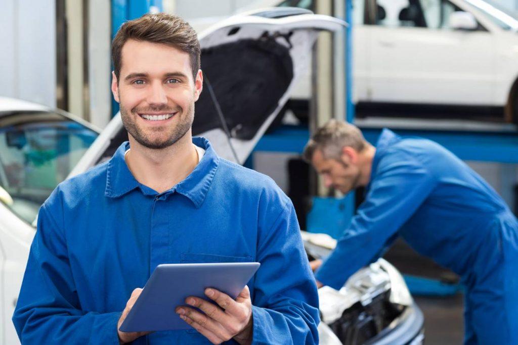 professionnel de l'automobile qui accueil le client